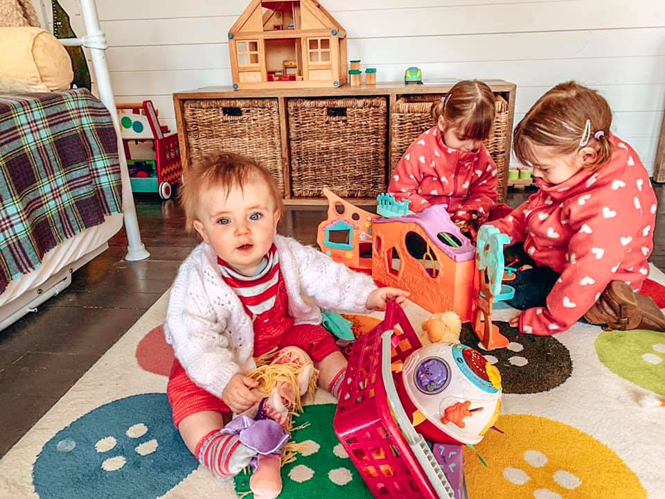 Family friendly cottage, Spindles Cottage playroom in the garden with children playing in.