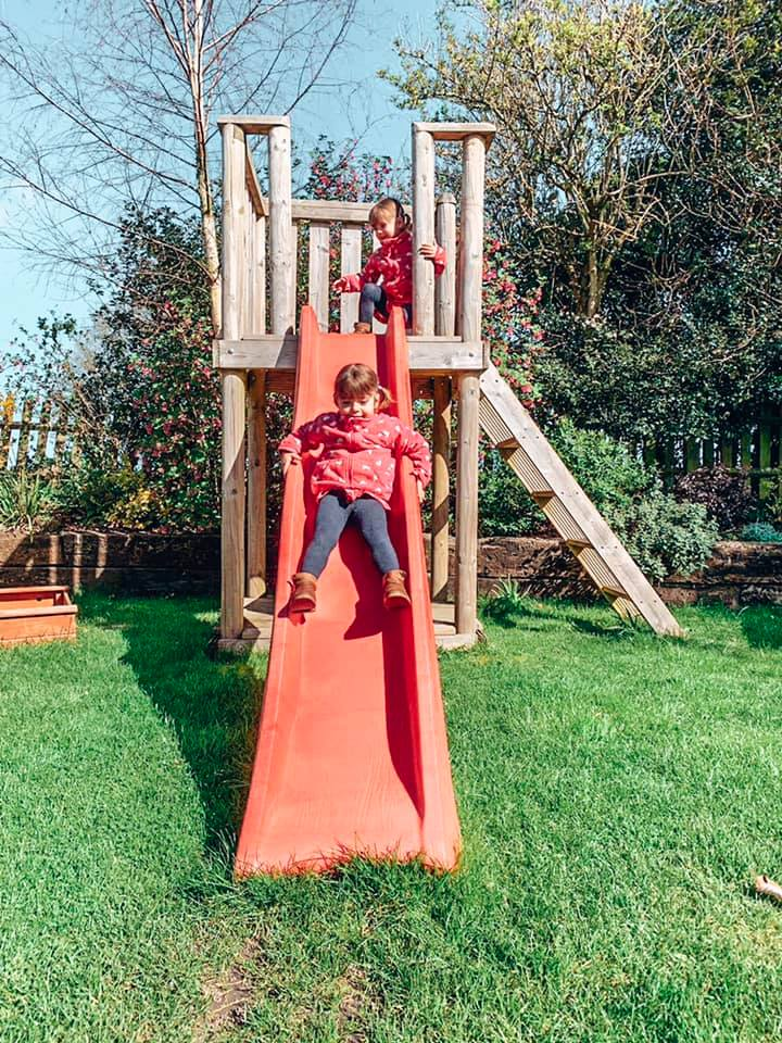 Family friendly cottage, Spindles Cottage play fort in the garden with children playing in.