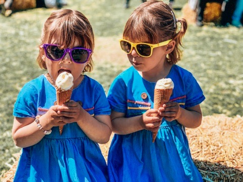 Keukonhof Tulip gardens in Holland. twins eating ice cream. A great place to visit in Holland with kids.