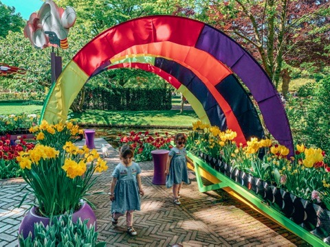 Keukonhof Tulip gardens in Holland. twins under a rainbow. A great place to visit in Holland with kids.