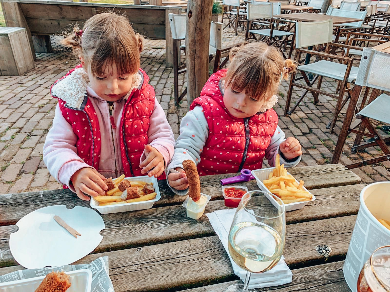 Twins eating at the outdoor seating area of the Afrika Club in Beekse Bergen Eurocamp.
