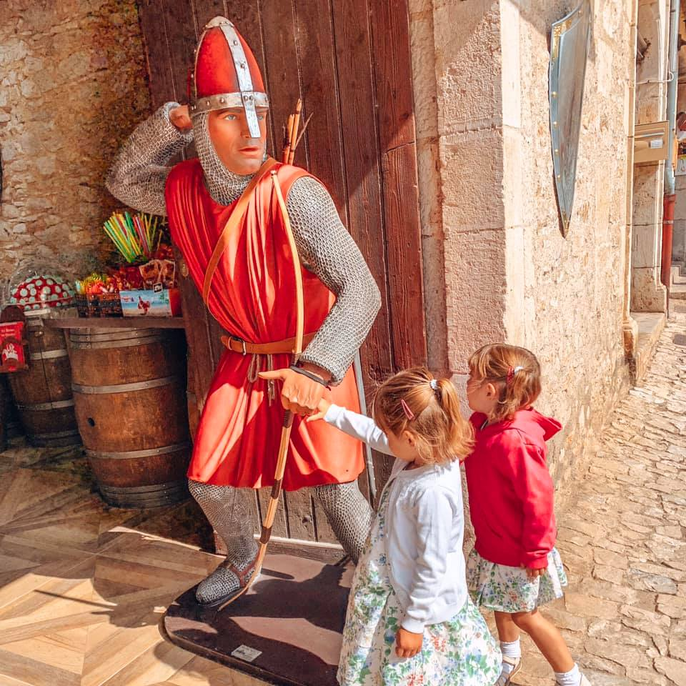 Rocamadour shops with twins talking to a knight