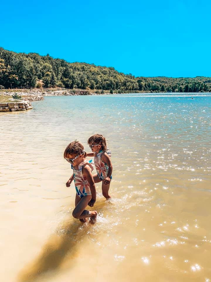 Le Lac Vert, Catus twins playing in the lake