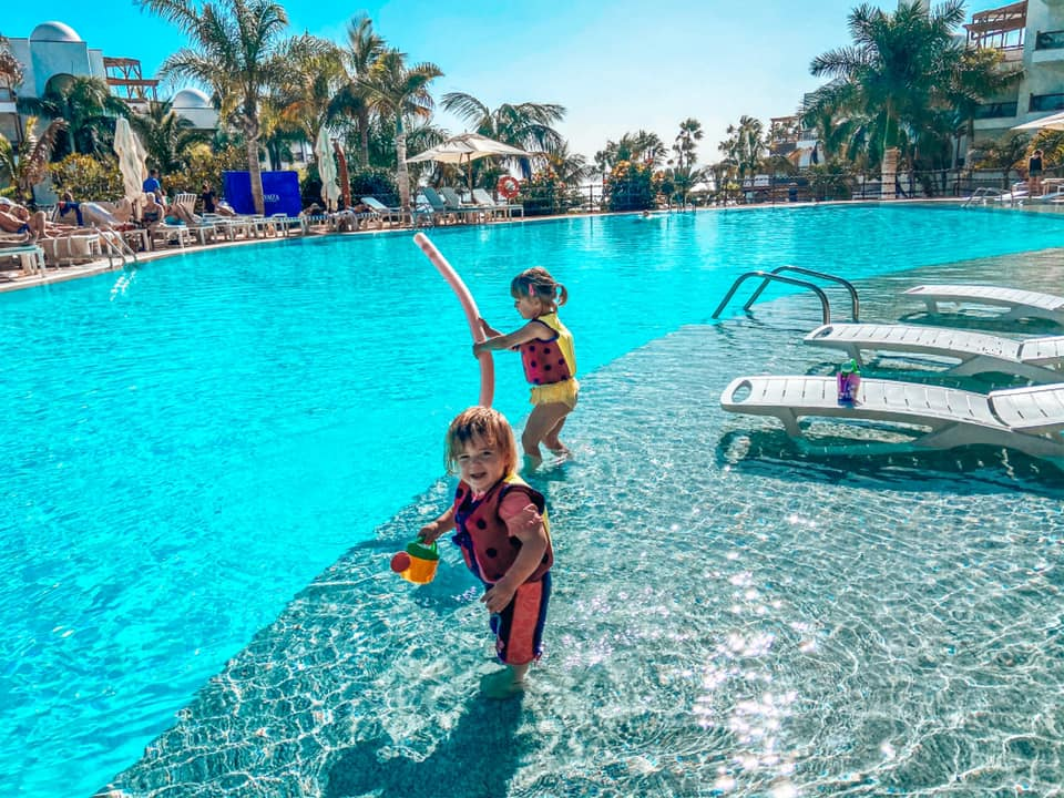 Children playing in the upper pool at the Princesa Yaiza