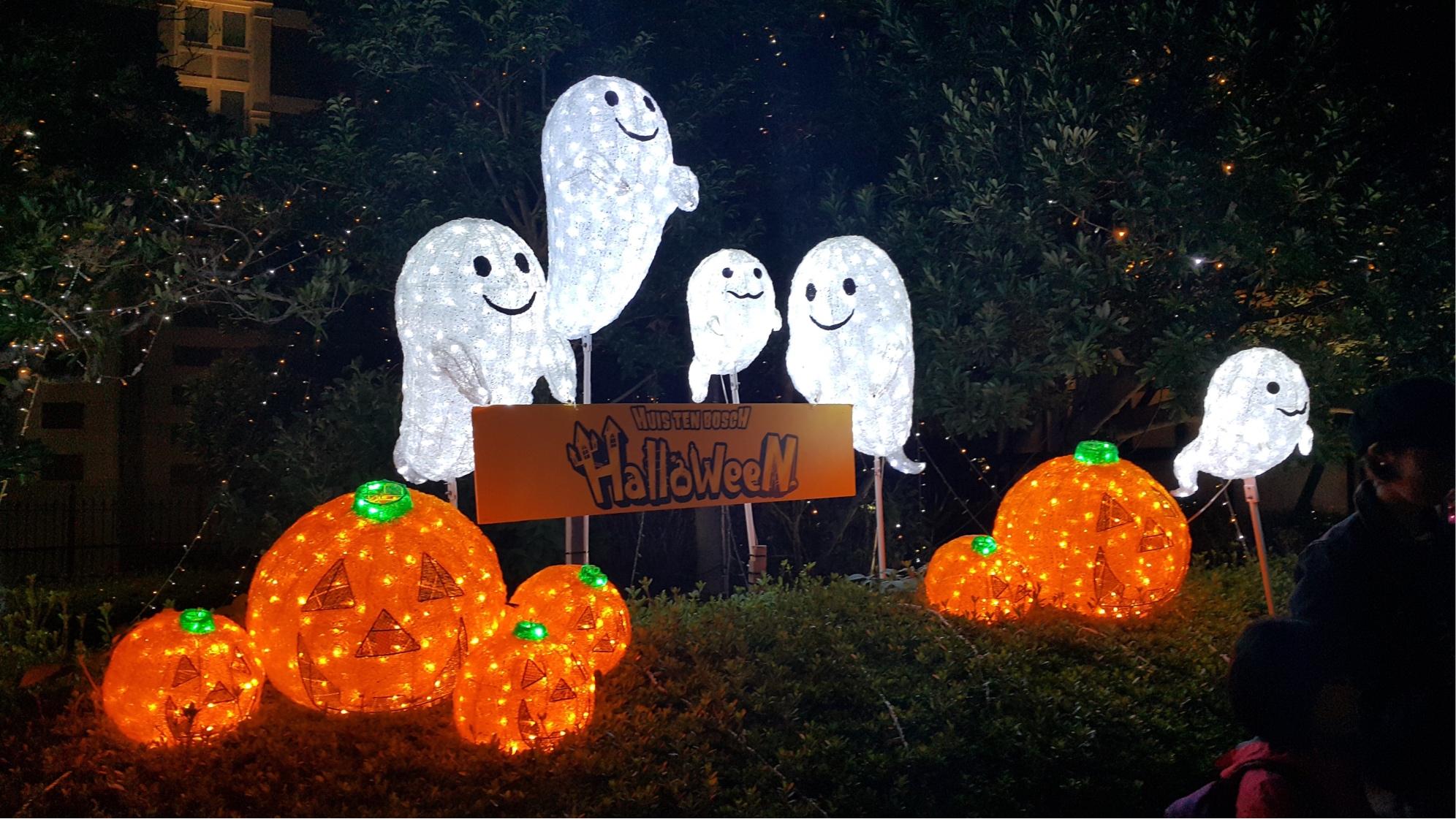 Halloween display of lit up ghosts and pumpkins - Halloween ideas in Essex